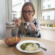 News.de-Redakteurin Susett Queisert stellt sich während des Selbsttests auch den größten Herausforderungen: dem Mittagessen der Kollegen.