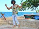 """Massimo Sinató trainiert am """"Bamboo Beach"""" mit den Kandidaten eine Tanzperformance ein. (Foto)"""