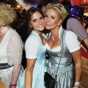 Claudia Effenberg (r) und ihre Tochter Lucia am Eröffnungstag des Oktoberfestes in München.