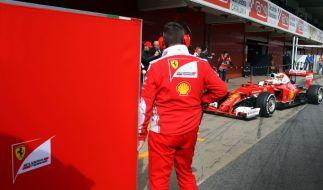 Verschwindet sofort hinter hohen Zäunen: Sebastian Vettel und sein Auto. Ferrari versucht alles, um unerwünschte Blicke abzublocken. (Foto)