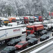 Plötzliches Winter-Chaos verursacht kilometerlange Staus (Foto)