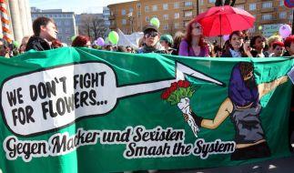 Frauenrechtlerinnen protestieren am 8. März 2015 gegen Sexismus. (Foto)