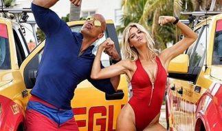 """Sexier könnte ein Cast wohl kaum sein: Dwayne """"The Rock"""" Johnson und Kelly Rohrbach albern beim Dreh herum. (Foto)"""