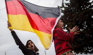 """""""Mama Merkel"""": Flüchtlinge protestieren am 7. März im Flüchzlingslager von Idomeni an der Grenze zwischen Griechenland und Mazedonien. (Foto)"""