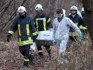 Feuerwehrmänner und Kriminaltechniker bergen die Leiche eines 13-Jährigen. Der Junge war seit Sonntagabend vermisst worden. Die Polizei hatte mit Fährtenhunden und Hubschraubern nach dem Schüler gesucht. (Foto)