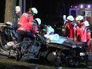 Der Fahrer der Räuberbande musste von der Feuerwehr aus dem Fluchtfahrzeug geschnitten werden. (Foto)