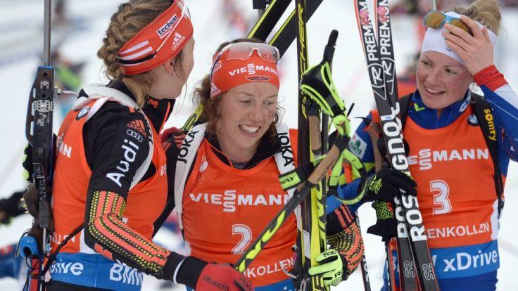 Franziska Preuss und Laura Dahlmeier feiern mit der Siegerin Dorin-Habert (v.l.n.r.). (Foto)