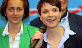 Lachend zeigen sich die stellvertretende AfD-Vorsitzende Beatrix von Storch und die Vorsitzende Frauke Petry nach den Hochrechnungen der Wahlen in Sachsen-Anhalt, Rheinland-Pfalz und Baden-Württemberg auf einer Wahlparty in Berlin. (Foto)