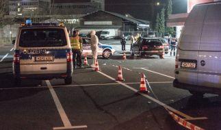 Polizisten am 14. März vor dem Veranstaltungszentrum in Hannover, in dem die 21-jährige Shilan von ihrem Cousin durch Schüsse in den Kopf getötet wurde. (Foto)