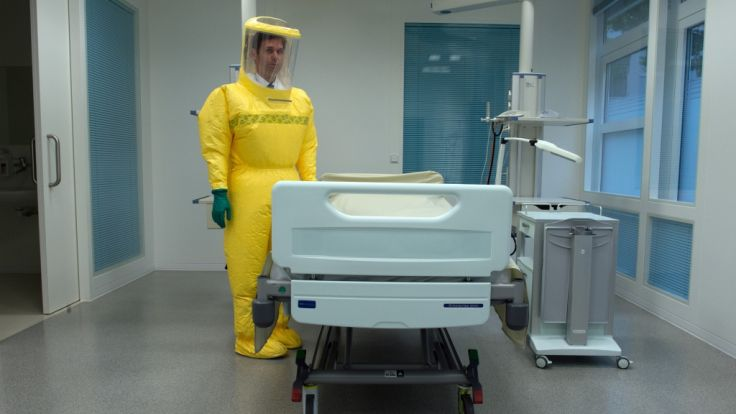 Ein Oberarzt in der Sonderisolierstation in Düsseldorf. Am 12. März war hier ein Mann mit Verdacht auf Lassa-Fieber aufgenommen worden. (Foto)