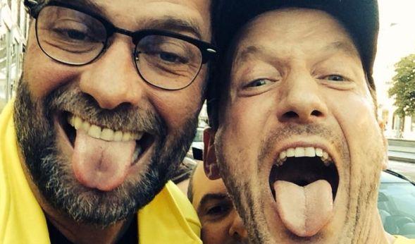 Wer hat die längste? Wotan Wilke Möhring mit Jürgen Klopp im Zungenvergleich. (Foto)