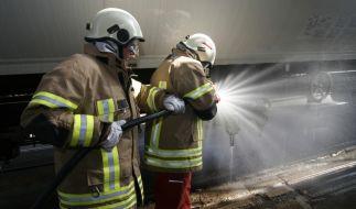 Wasser marsch! Nicht immer kann die Feuerwehr Chemieunfälle durch Löschen bekämpfen. In Hamburg mussten die Dämpfe beispielsweise zunächst abgesaugt werden. (Foto)