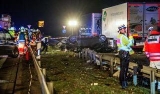 """Wie """"Bild"""" berichtet, überschlug sich der Wagen und krachte dann gegen den parkenden Lkw. Die Unglücksstelle wird derzeit noch geräumt. (Foto)"""