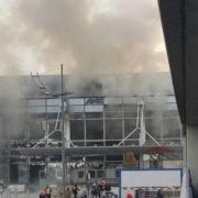 Qualm steigt auf: Menschen ergreifen panisch die Flucht! Die Wucht der Detonation zerstörte auch die Fensterscheiben des Gebäudes.