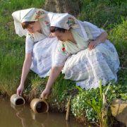 Das traditionelle Schöpfen des Osterwassers.