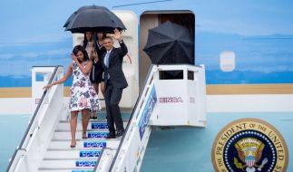 """US-Präsident Barack Obama mit seiner Ehefrau Michelle (links) und den beiden Töchtern Malia (hinten links) und Sasha (hinten rechts) beim Verlassen der """"Air Force One"""" nach der Ankunft am Flughafen von Havanna, Kuba, am 20. März 2016. (Foto)"""