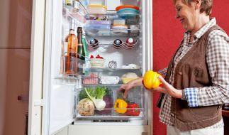 Für eine gründliche Reinigung muss der Kühlschrank zunächst ausgeräumt werden. (Foto)