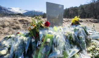 """Gedenkstein in Le Vernet, Frankreich, in der Nähe der Unglücksstelle mit der Inschrift """"In Erinnerung an die Opfer des Flugzeugunglücks vom 24. März 2015"""" in den Sprachen Englisch, Deutsch, Spanisch und Französisch. (Foto)"""
