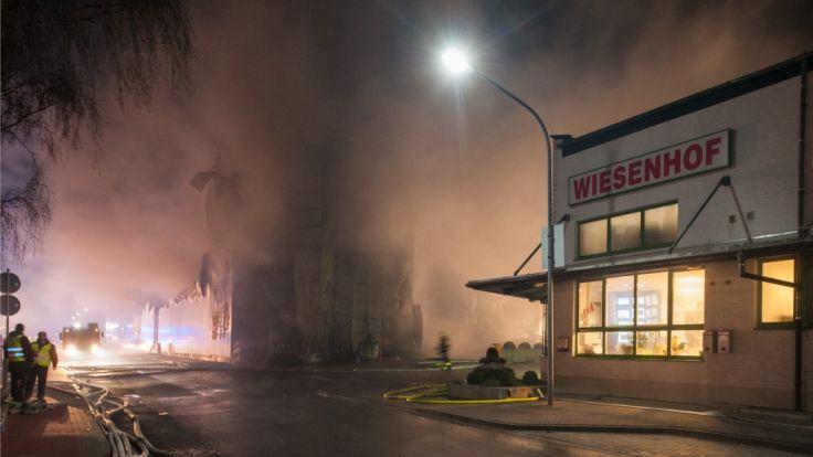 Nach einem Großbrand eines Wiesenhof-Betriebs in Lohne drohen jetzt Entlassungen. (Foto)