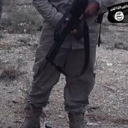 Ein ISIS-Kämpfer hält ein deutsches G36 im Arm.