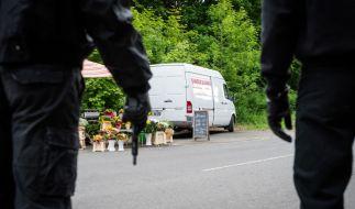 Die Täter vor dem Blumengeschäft von Enver Simsek. Der Mord an dem türkischstämmigen Familienvater soll ihr erster von insgesamt neun sein. (Foto)