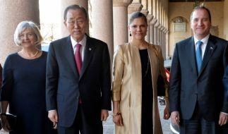 Die Frau des schwedischen Premierministers, Ulla Lofven (l.), UN-Sekretär Ban Ki-moon (2.v.l.), Kronprinzessin Victoria Schweden und Premierminister Stefan Lofven (r.) vor dem Rathaus Stockholm. (Foto)