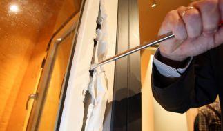 Ein Kriminalbeamter demonstriert in einer Kriminalpolizeilichen Beratungsstelle, wie ein ungesichertes Fenster mit einem Schraubenzieher aufgebrochen werden kann. (Foto)