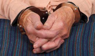 Jahre lang kümmerte sich die 74-Jährige um ihre Freundin. Nach deren Tod vergrub sie sie heimlich im Garten und kassierte fast zehn Jahre das Pfelgegeld und die Rente. (Symbolbild) (Foto)