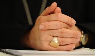 Abt Barnabas Bögle sitzt mit gefalteten Händen bei der Pressekonferenz im Februar 2014. (Foto)