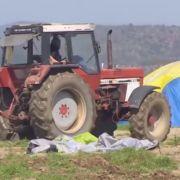 Griechischer Bauer zerstört Flüchtlingszelte mit dem Traktor (Foto)