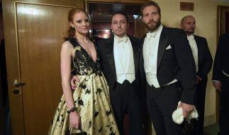Barbara Meier (links), zusammen mit ihrem Mann, dem Unternehmer Klemens Hallmann (Mitte) und dem australischen Schauspieler Jai Courtney beim Wiener Opernball am 4. Februar 2016. (Foto)