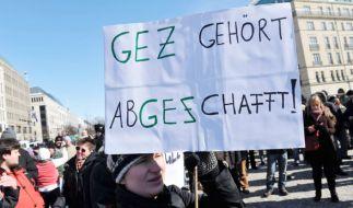 """""""GEZ gehört abgeschafft!"""" So wie dieser Demonstrant denken anscheinend viele in Deutschland. (Foto)"""