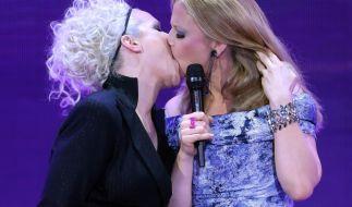 Heiß: Ina Müller verpasste Barbara Schöneberger einen dicken Zungenkuss. (Foto)