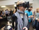 Eine Teilnehmerin des Executive Programs der Singularity University probiert eine Oculus Rift Brille aus. (Foto)