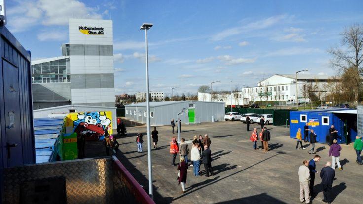 Viele Bürger nutzten die Gelegenheit, die Notunterkunft in Leipzig zu besichtigen. (Foto)