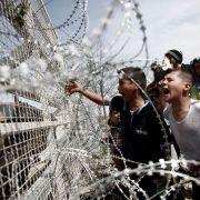 Sicherheitskräfte beschießen Flüchtlinge mit Tränengas (Foto)