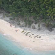 """Rettung! Schiffbrüchige schreiben """"HELP"""" aus Palmwedeln (Foto)"""