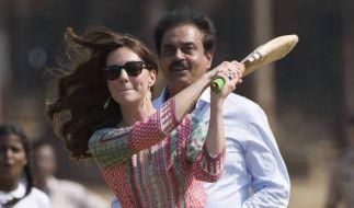Kate Middleton trieb es auf ihrer Indien-Tour ganz sportlich. Einzig das Outfit wollte nicht so ganz passen. (Foto)