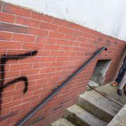 Flüchtling legt Feuer und schmiert Hakenkreuze (Foto)