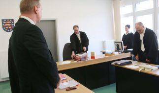 Der angeklagte Schulleiter Bernd S.(l) steht im Verhandlungssaal des Amtsgerichtes in Heiligenstadt (Thüringen) am 11.04.2016. Hier muss sich der 52-Jährige wegen Körperverletzung im Amt verantworten. (Foto)