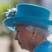 Queen Elizabeth II. zeigt sich gern mit außergewöhnlichen Hüten, wobei der bei der Geburt von Prinz George im Jahr 2013 noch eher schlicht und elegant ist.