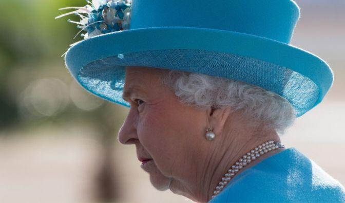 Queen Elizabeth II. zeigt sich gern mit außergewöhnlichen Hüten, wobei der bei der Geburt von Prinz George im Jahr 2013 noch eher schlicht und elegant ist. (Foto)