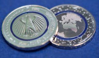 Am Donnerstag (14.04.2016) kommt die Fünf-Euro-Münze. (Foto)