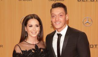 Nationalspieler Mesut Özil und seine Freundin Mandy Grace Capristo bei der 67. Bambi-Verleihung. (Foto)