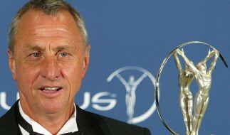 Fußball-Legende Johan Cruyff mit seinem Laureus Award. (Foto)