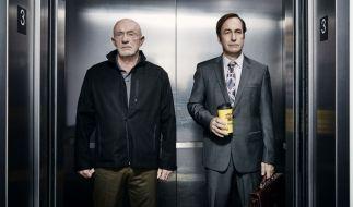 """Jonathan Banks (links) und Bob Odenkirk in einer Szene der zweiten Staffel von """"Better Call Saul"""". (Foto)"""