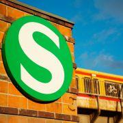 Mann will Streit schlichten - Vor S-Bahn gestoßen! (Foto)