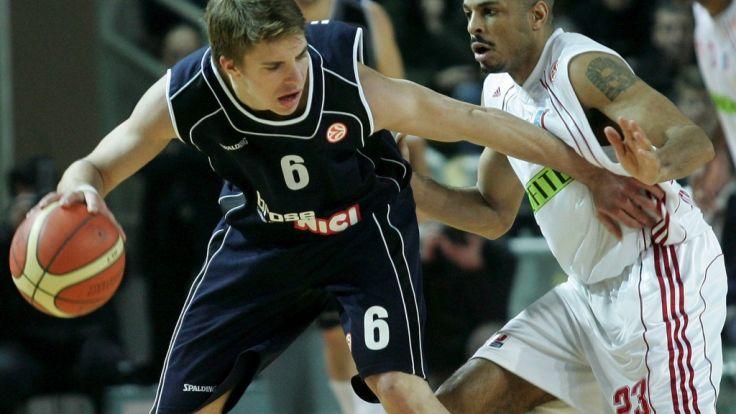 Basketballspieler Stanley Jackson vom SIG Strasbourg im Kampf um den Ball mit Boudij Yaici vom GHP Bamberg. (Foto)