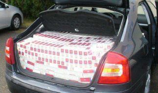 Bei einer anderen Kontrolle entdeckten Polizeibeamte 180.000 Zigaretten im Kofferraum eines Fahrzeuges. (Symbolbild) (Foto)