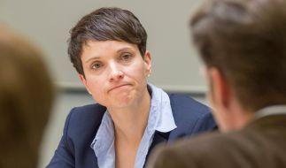 Frauke Petry droht bei einem weiteren Rechtsruck der AfD mit Rückzug. (Foto)
